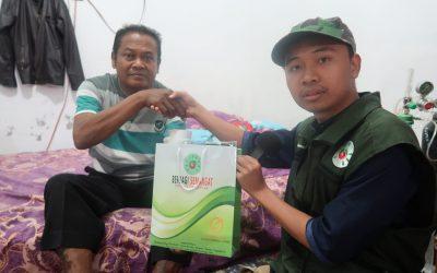 Penyerahan Donasi Kepada Pak Marjadi Sebesar Rp. 5.600.000